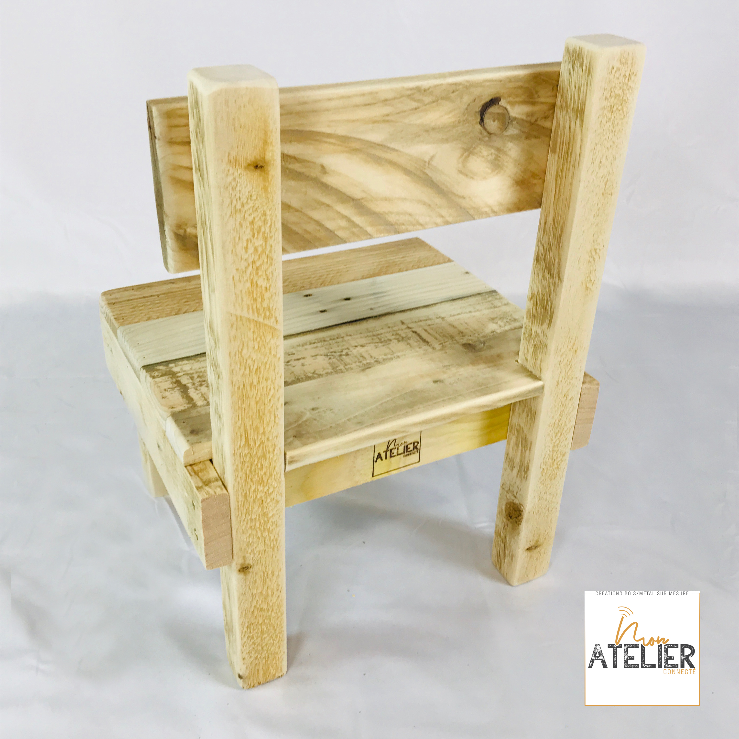 Coin détente pour enfant en bois de palette comprenant la table et